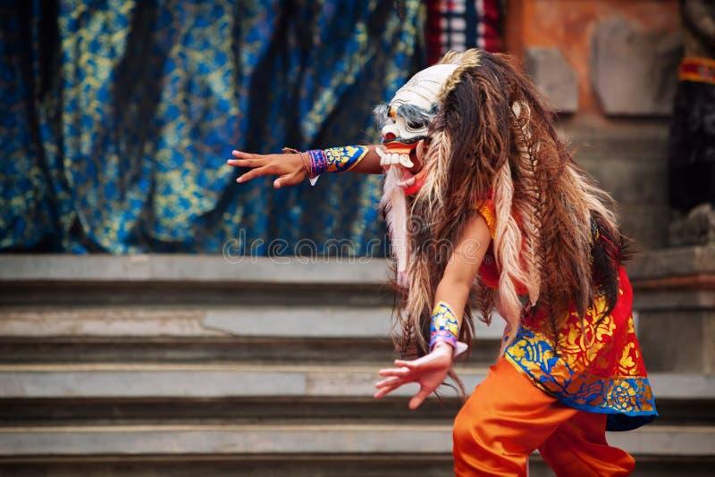 Danser in traditioneel Balinees masker van demon Rangda stock foto's