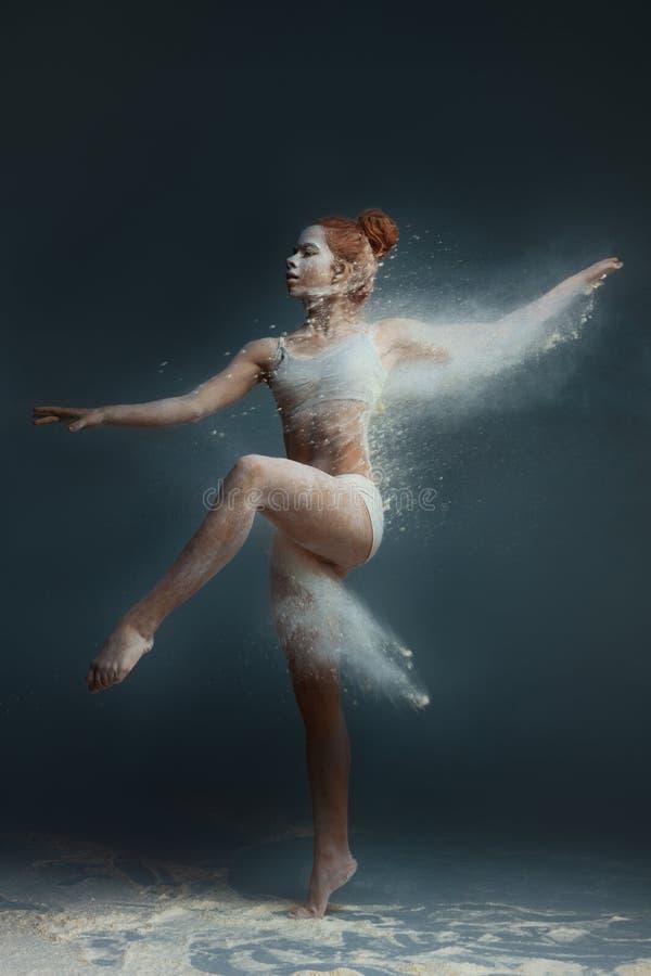 Danser van de het meisjes de vrouwelijke volwassen vrouw van de roodharigegeschiktheid in stof stock foto's