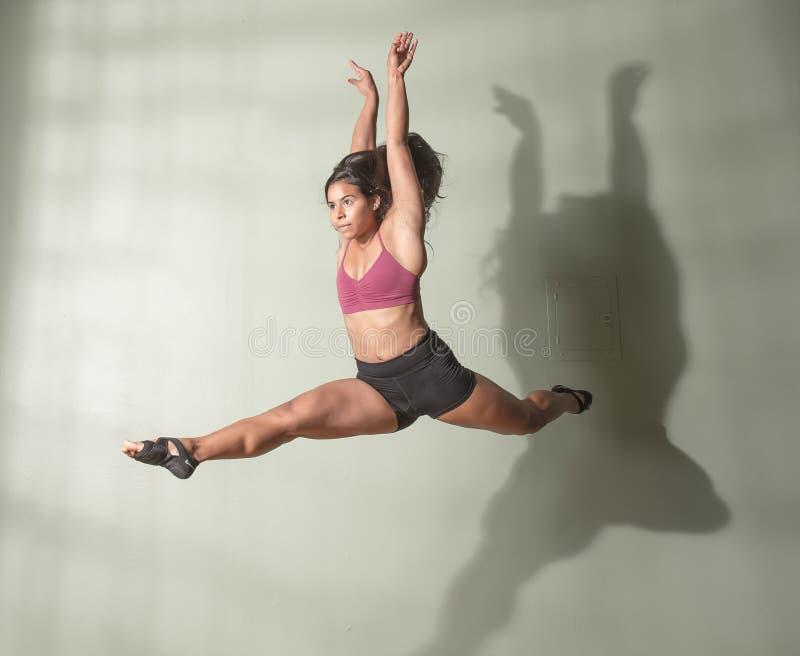 Danser in Verdeeld Mid Air stock afbeeldingen