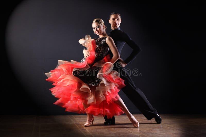 Dansers in balzaal royalty-vrije stock afbeeldingen