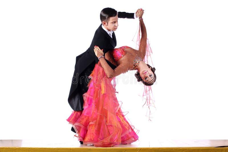 Dansers in balzaal op witte achtergrond worden geïsoleerd die royalty-vrije stock fotografie