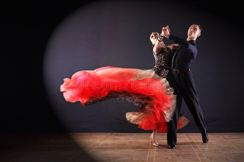 Dansers in balzaal op zwarte achtergrond royalty-vrije stock foto's