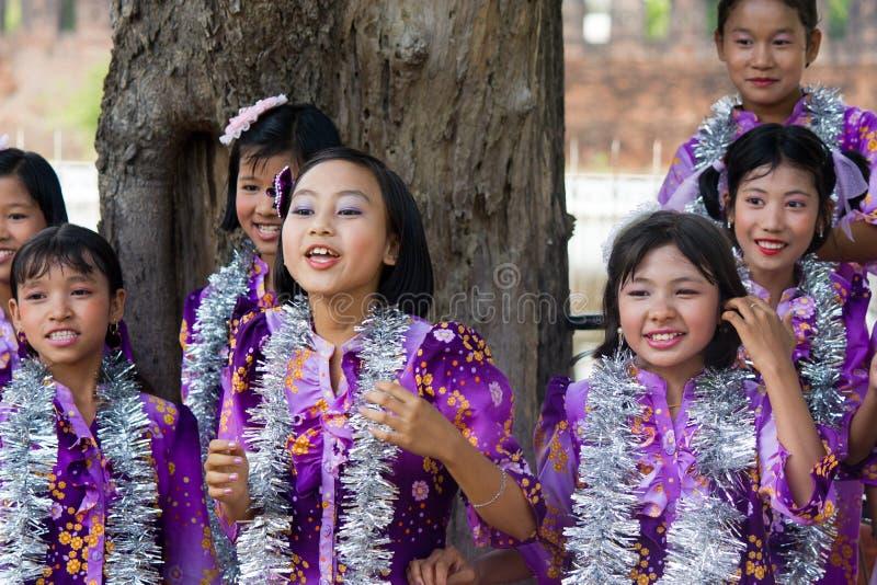 Dansers bij het Festival 2012 van het Water in Myanmar royalty-vrije stock afbeeldingen