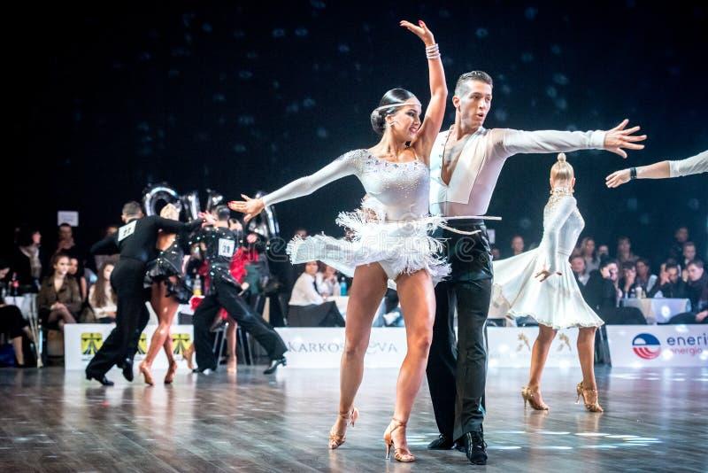 Dansers het dansen Latijnse dans royalty-vrije stock afbeeldingen