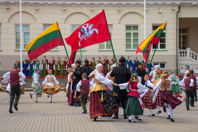 Dansers het dansen Litouwse traditionele oude dansen royalty-vrije stock foto