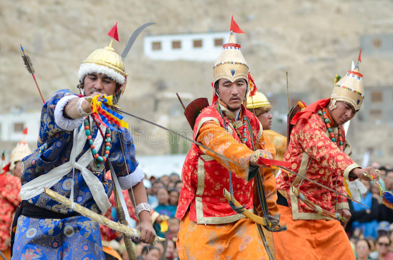 Download Dansers In Historische Kostuums Redactionele Foto - Afbeelding bestaande uit pijl, fighting: 29500671