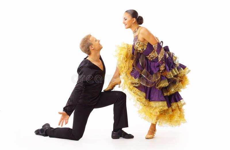 Dansers tegen zwarte stock fotografie