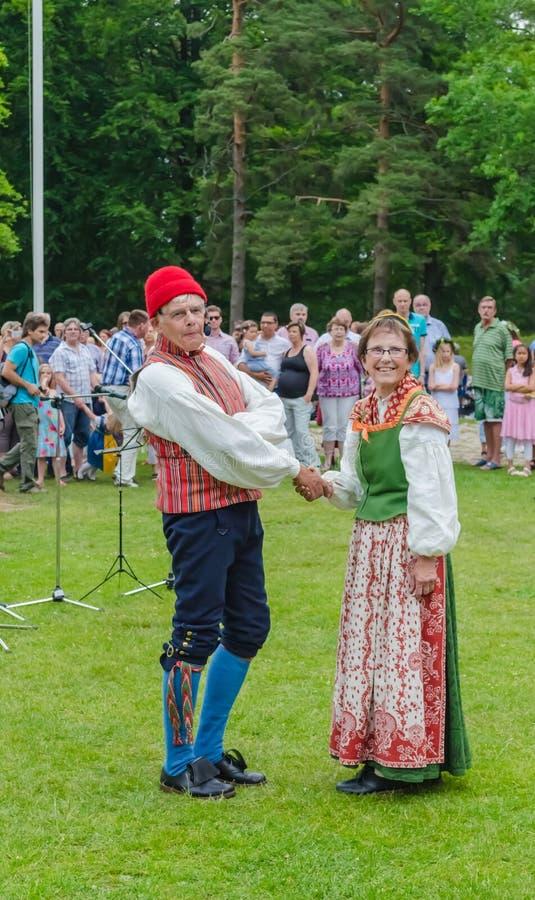 Dansers in Zweeds Traditioneel kostuum op midzomerdag stock foto's