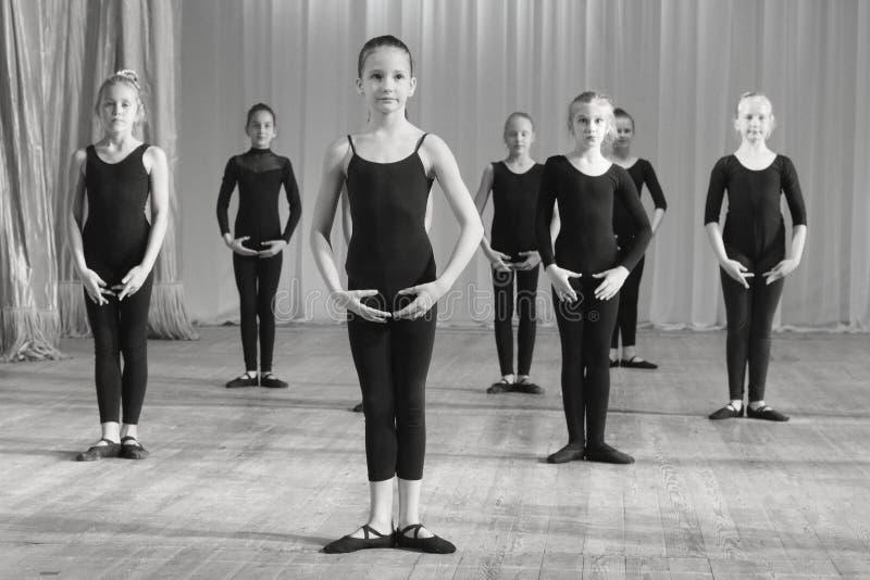 Danserspraktijk vóór de prestaties stock afbeeldingen