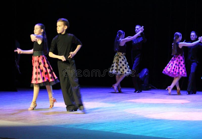 Danses de salle de bal de danse d'enfants photographie stock