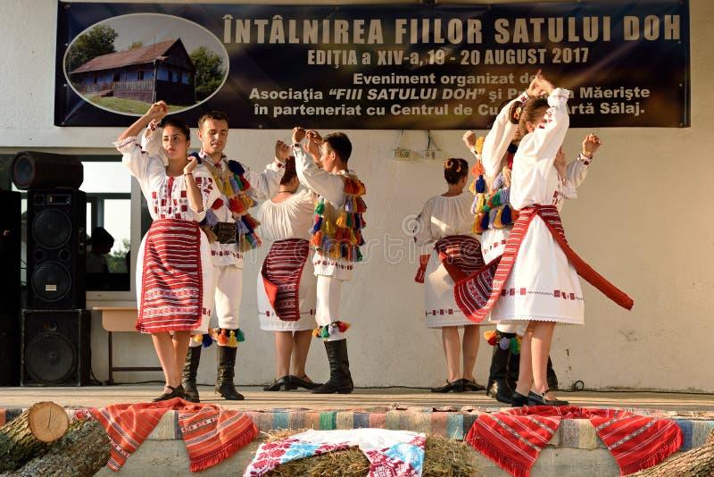 Danses traditionnelles roumaines de région de Salaj, Roumanie photo stock