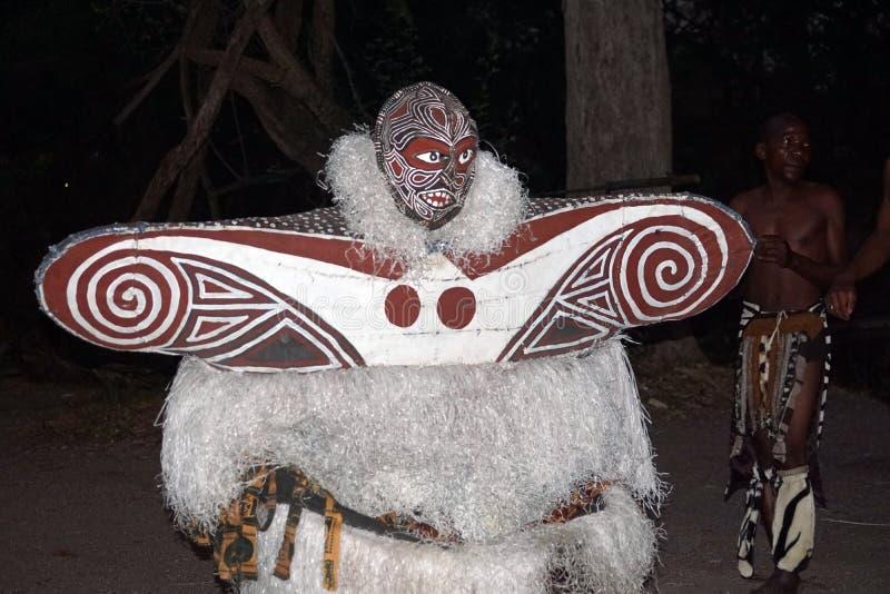 Danseur africain dans le costume image stock