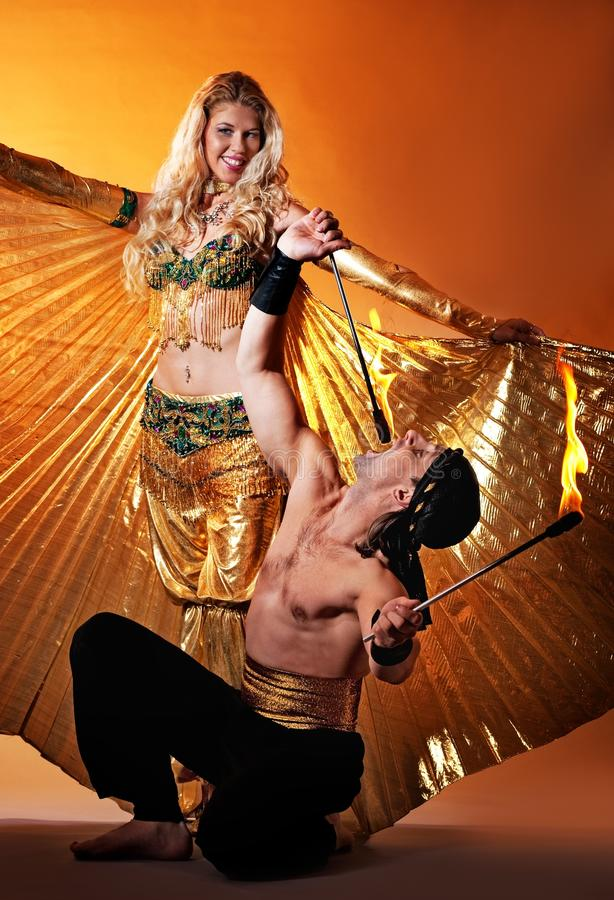 Danseur arabe avec le mangeur d'incendie photos libres de droits