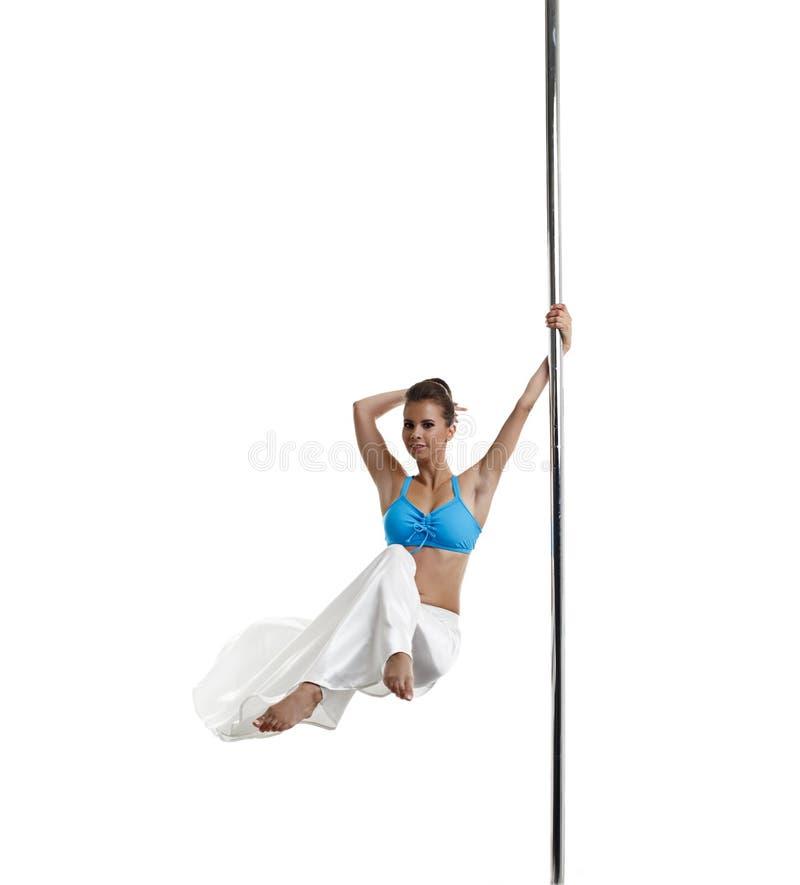 Danseur assez féminin tournant sur le poteau dans le studio photo stock