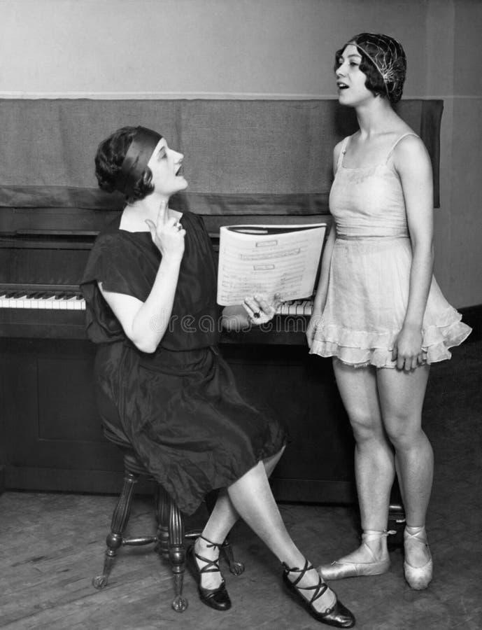 Danseur avec l'entraîneur vocal photo stock