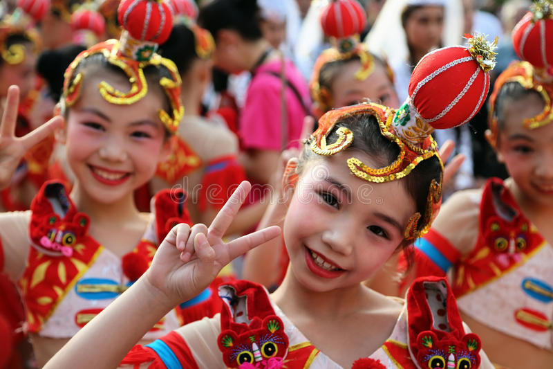 Danseur chinois dans le costume traditionnel au festival international de folklore pour des enfants et des poissons d'or de la je images libres de droits