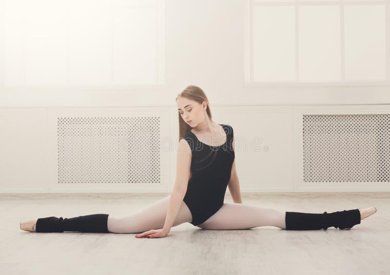 Danseur classique classique dans la fente dans le hall dansing blanc images stock