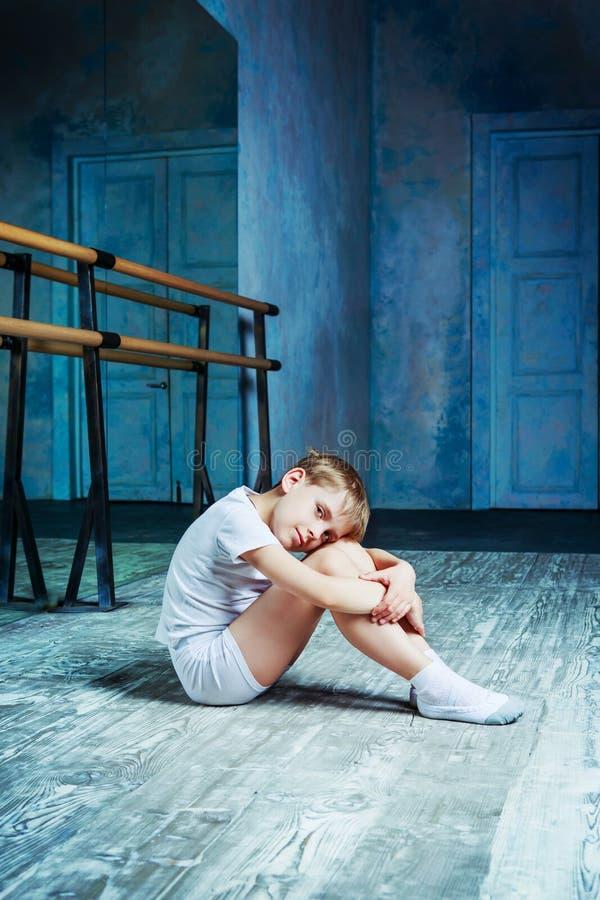 Danseur classique de garçon à la classe de danse photos stock