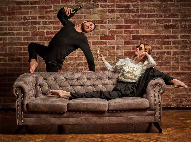 Danseur classique et danseur latin masculin dans le style contemporain images stock