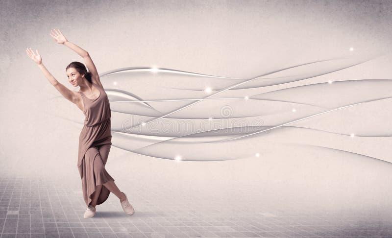 Danseur classique exécutant la danse moderne avec les lignes abstraites photo libre de droits