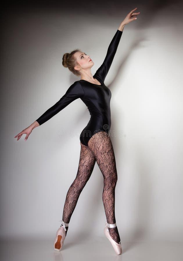 Danseur classique moderne de femme de style intégral sur le gris photo libre de droits