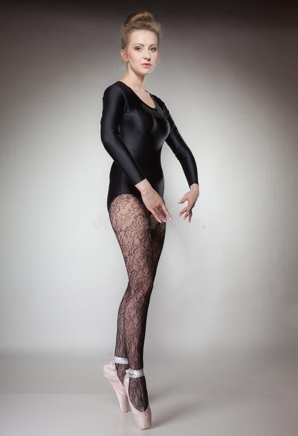 Danseur classique moderne de femme de style intégral sur le gris photographie stock libre de droits