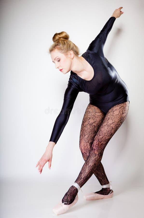 Danseur classique moderne de femme de style intégral sur le gris photographie stock