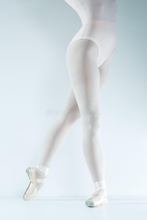 Danseur classique. Train dans le studio. photos libres de droits