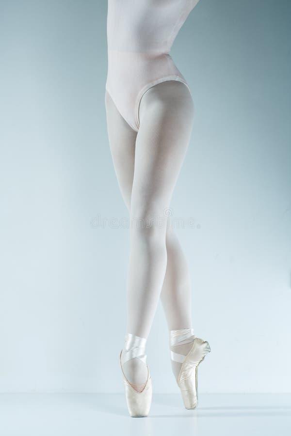 Danseur classique. Train dans le studio. photos stock