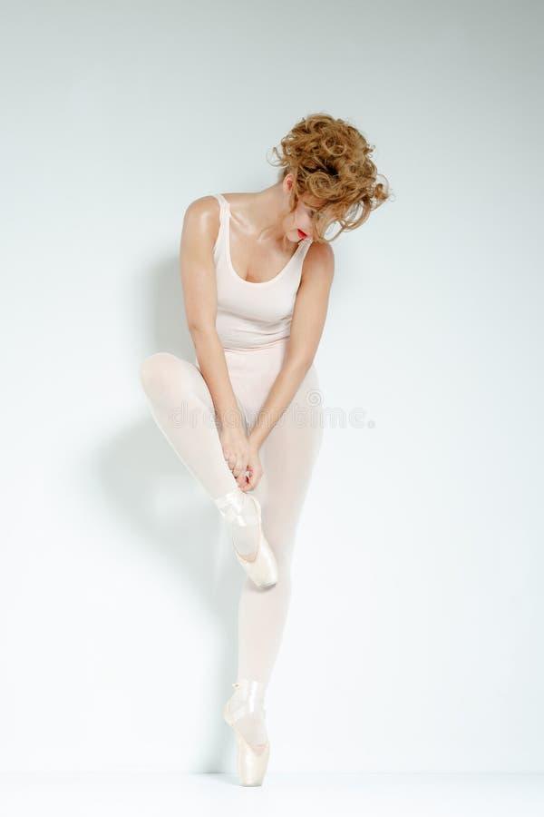 Danseur classique. Train dans le studio. photo stock