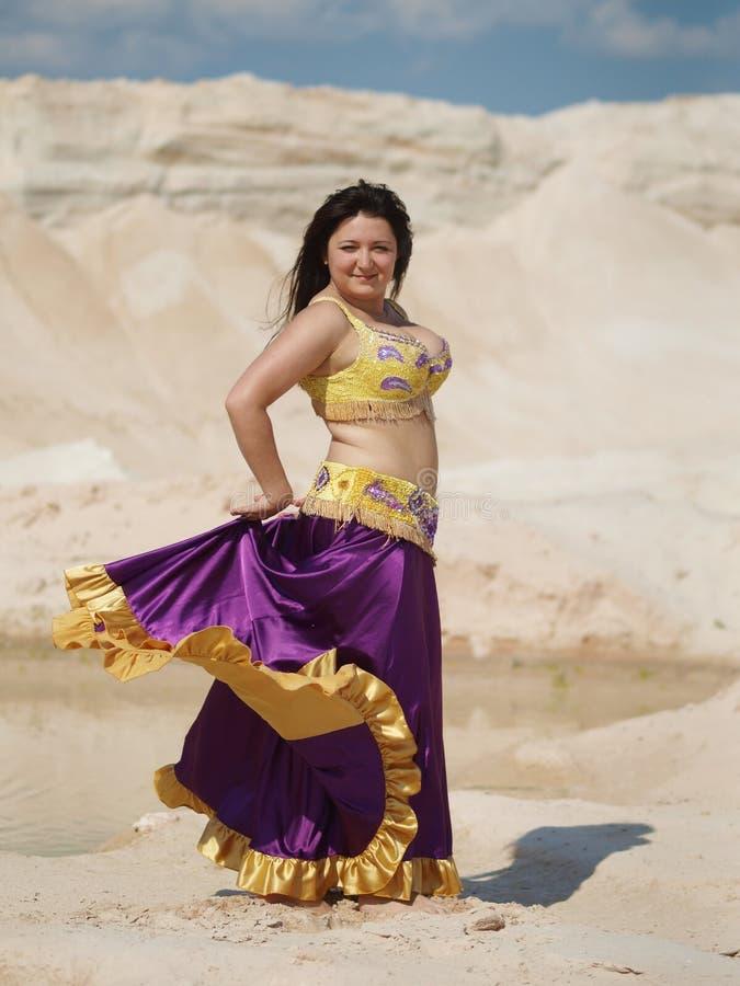 Danseur dans la jupe violaceous photographie stock
