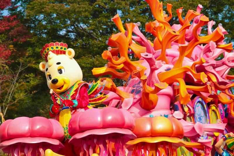 Danseur dans le costume d'ours de nounours. image stock