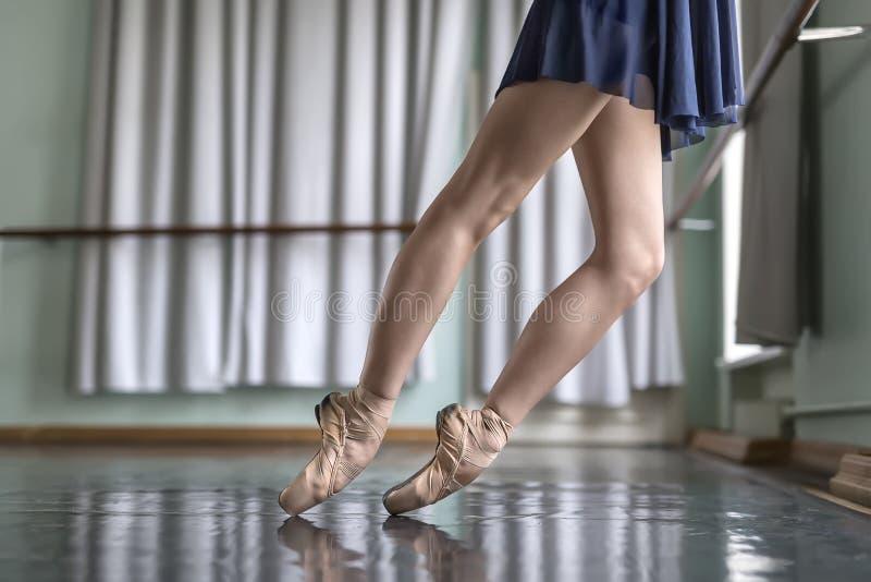 Danseur dans le hall de ballet photos libres de droits