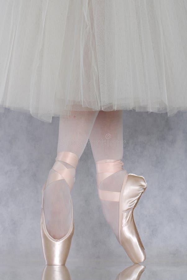 Danseur dans le pointe de ballet images stock
