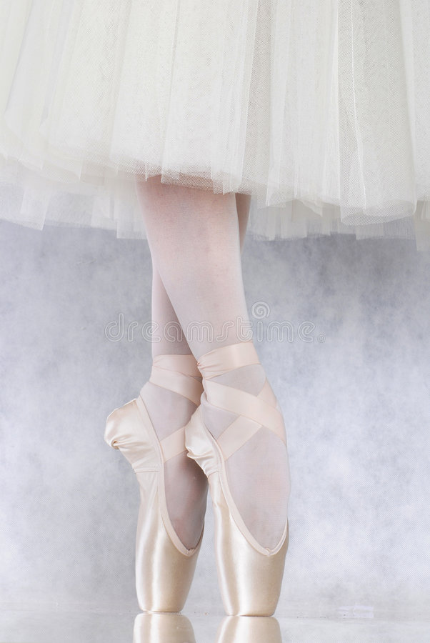 Danseur dans le pointe de ballet photo stock