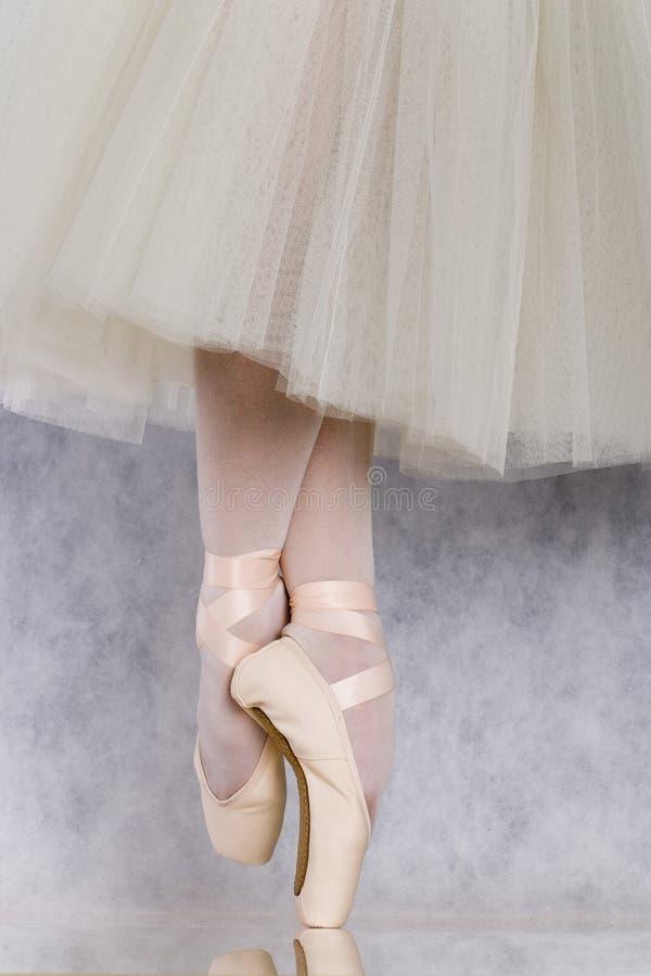 Danseur dans le pointe de bellet photographie stock libre de droits