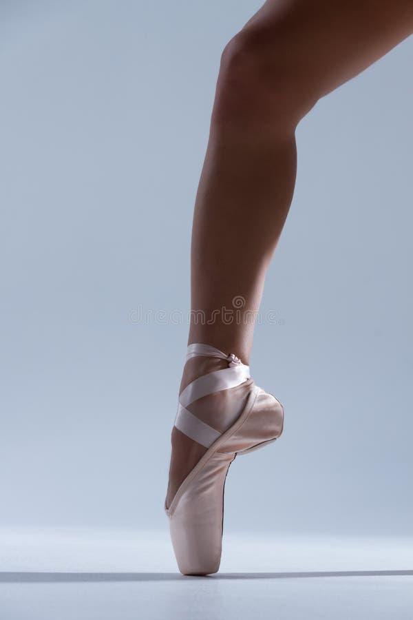 Danseur de ballerine de femme élégante d'isolement sur le fond gris photo libre de droits