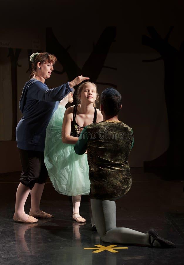 Danseur de ballet aidé par Teacher photo stock