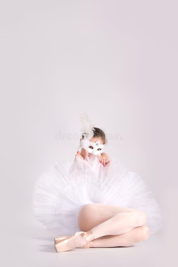Danseur de ballet dans un tutu blanc et un masque de carnaval photographie stock libre de droits