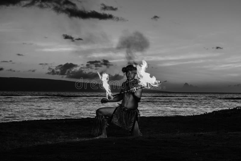 Danseur de Hawaiin à l'océan photographie stock libre de droits
