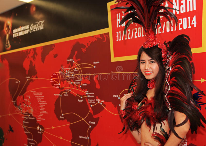 Danseur de samba exécutant à la visite de trophée de coupe du monde de la FIFA image libre de droits