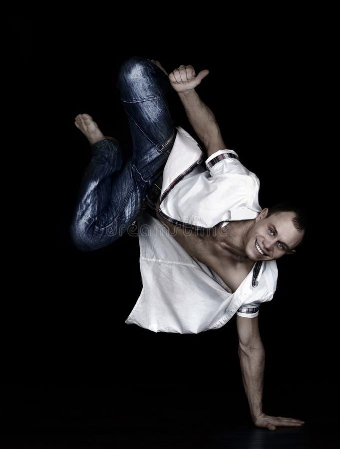 Danseur expressif de rupture équilibrant à disposition