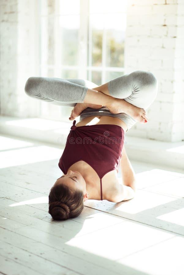 Danseur féminin professionnel habile formant son corps photographie stock libre de droits