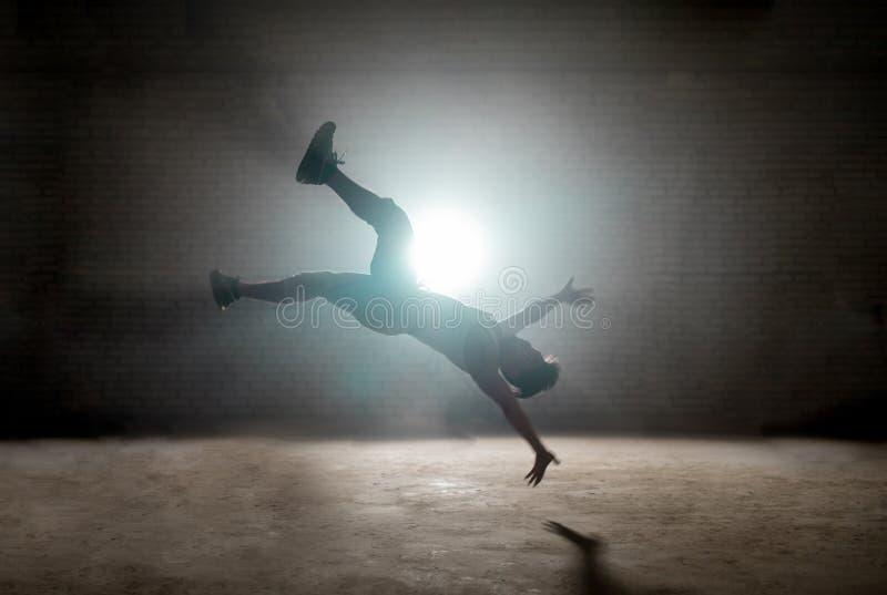 Danseur faisant le cascade sur l'air, faisant le contexte au sol photo libre de droits