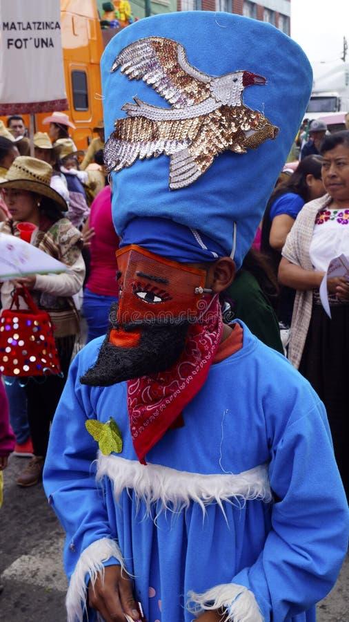 Danseur mexicain avec un costume bleu et un masque rouge photos libres de droits