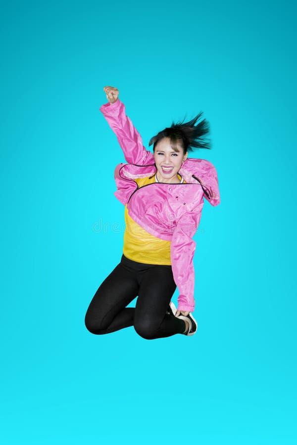 Danseur moderne joyeux de style sautant dans le studio images libres de droits