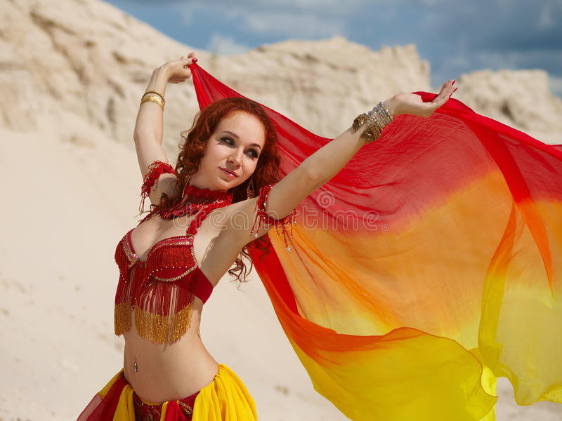 Danseur oriental avec le châle images stock