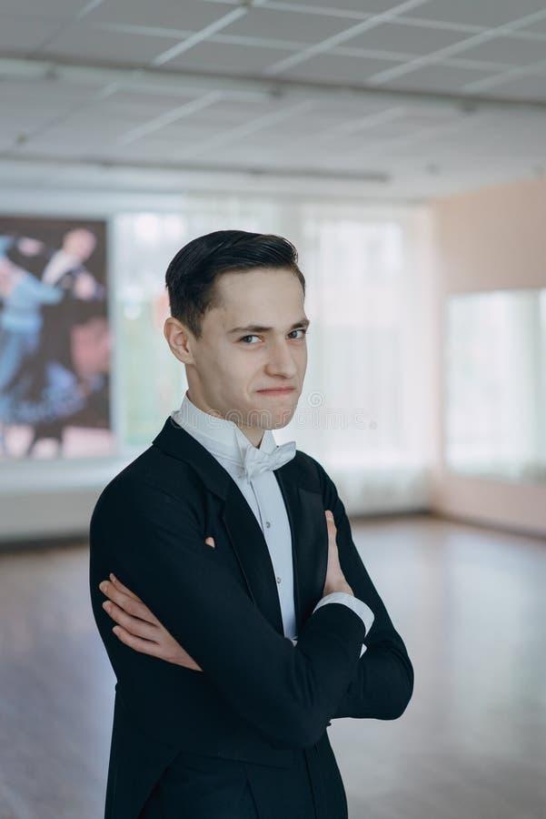 Danseur professionnel qualifié au miroir image stock