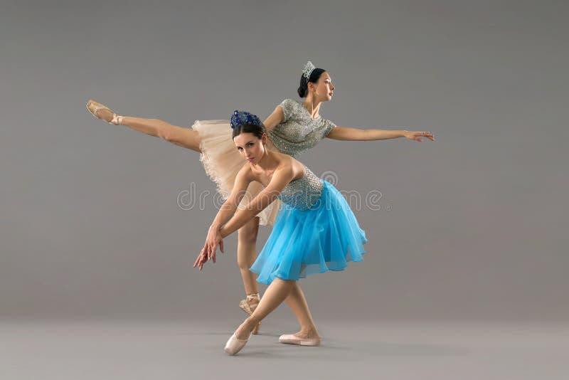 Danseur regardant la caméra tandis qu'associé se tenant sur une jambe photo stock