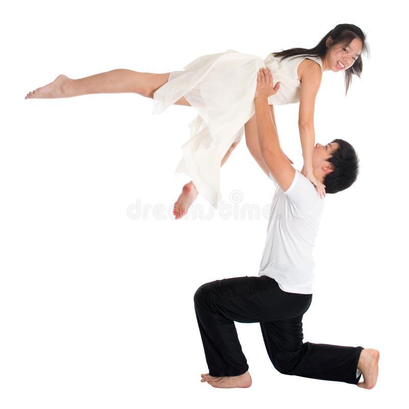 Danseurs asiatiques de contemporain de couples d'ados image libre de droits